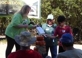 Kari Snyder gives Linda Abad her prize